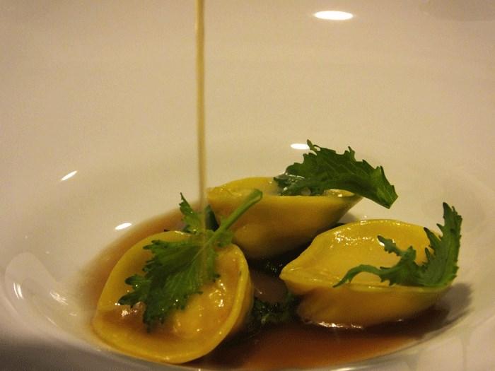 Relais Blu, Cappellacci ripieni di granchio reale con il suo consommè e broccoli friarielli ripassati