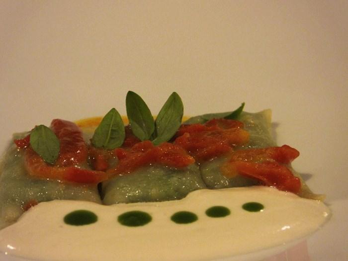 Relais Blu, Fagotti ripieni di scarola e burrata con salsa ai pinoli e pomodori canditi