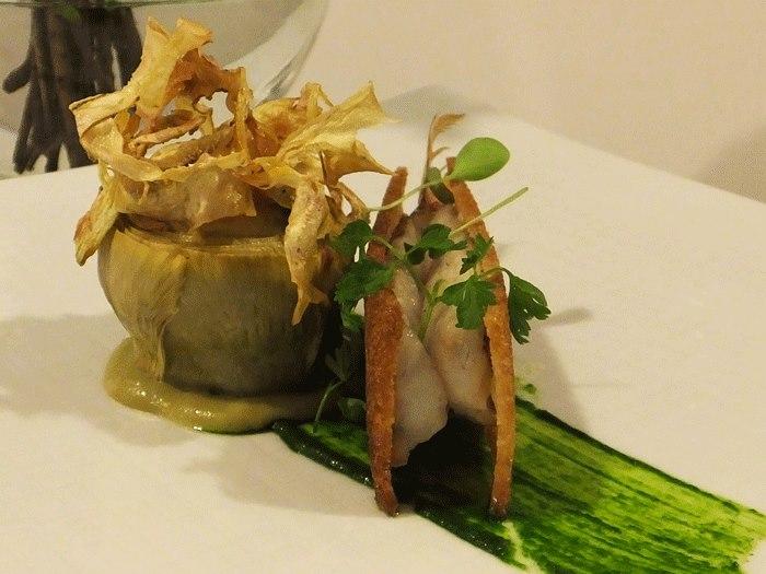 Relais Blu, Filetti di triglia in sfoglia di pane cafone con salsa al prezzemolo e carciofo farcito al foie gras