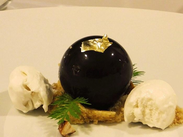 Relais Blu, Sfera di cioccolato con mandorle in diverse consistenze