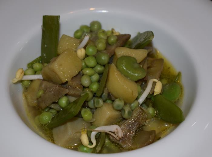 Mangiafoglia, zuppa di carciofi, fave, piselli, taccole, patate e cipollotto novello
