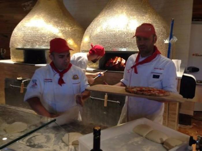 i pizzaioli al lavoro