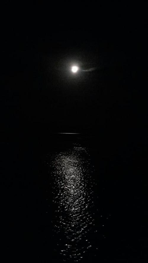 la luna nel mare