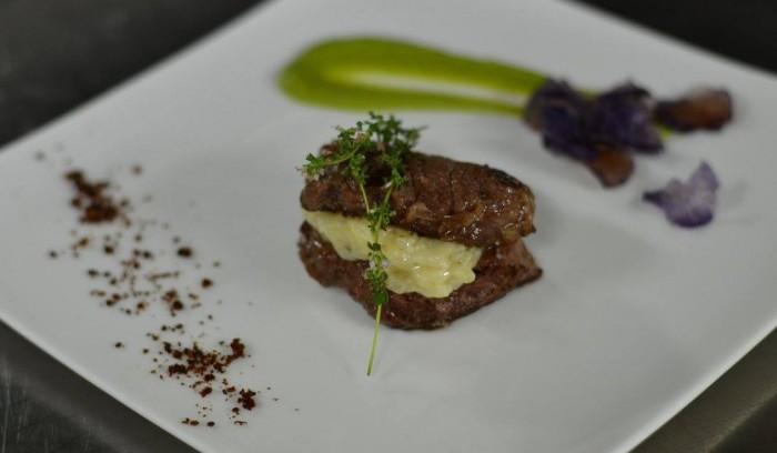 millefoglie di vitello con patate aromatizzate, passata di piselli di stagione e chips di patate