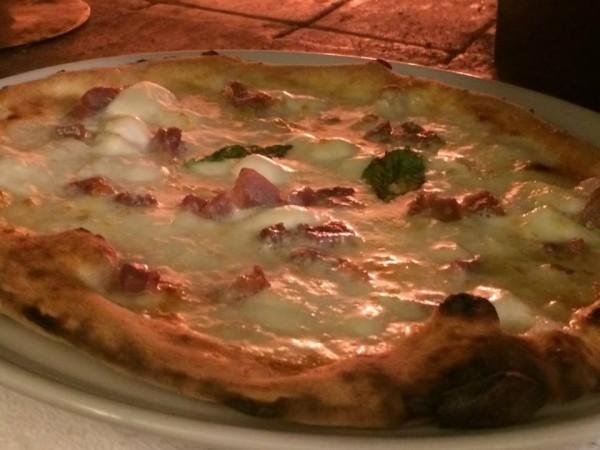 Pizzeria Negri, la pizza bianca appena uscita dal forno