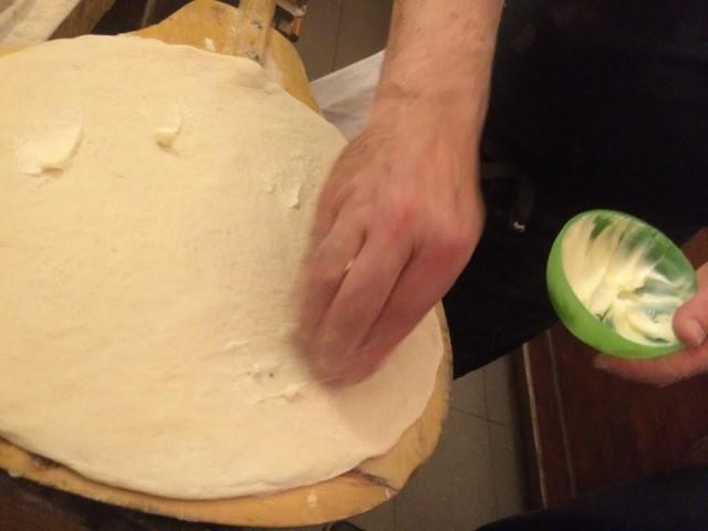 Pizzeria Negri, il pizzaiolo mette il burro