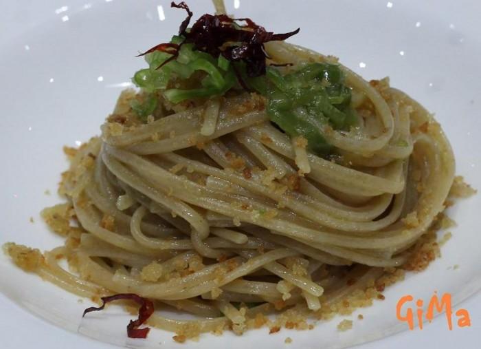 spaghetti con alici, peperoncini verdi e pane di Maria Rina