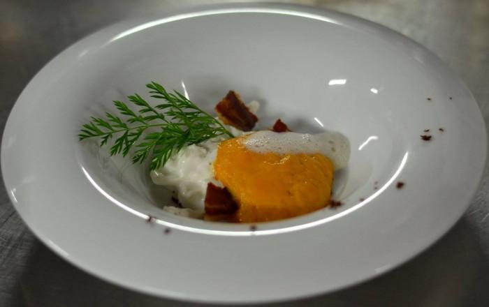 stracciata di bufala con vellutata di zucca, bacon croccante e schiuma al tartufo