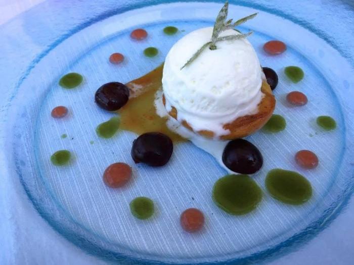 Al Caprì Don Alfonso Cafè, la pesca con ciliegie e latte di mandorle