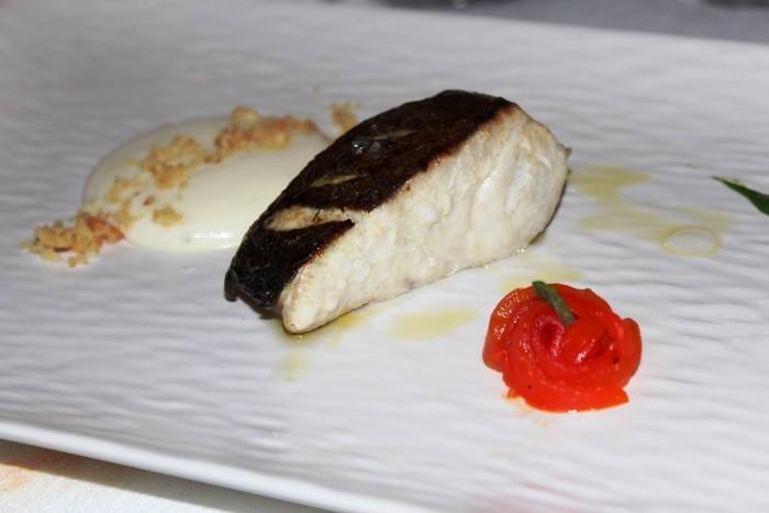 Bikini, bianco di pesce con spuma di patate e tarallo di Agerola, peperone al cardamomo