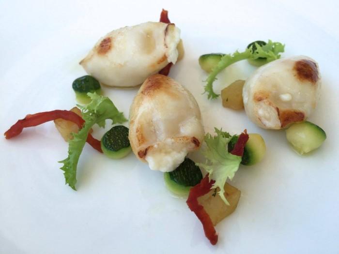 Al Caprì Don Alfonso Cafè, il calamaretto ripieno di formaggi locali con crema tiepida di zucchine e zenzero