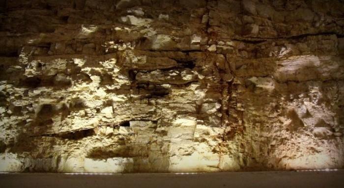 Cantina Passalacqua, particolare della parete in pietra di Apricena