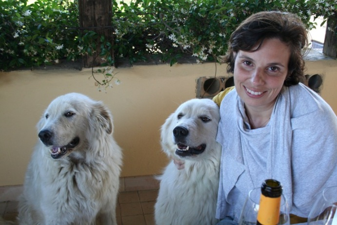 Chiara con i suo pastori abruzzesi