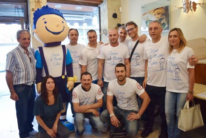 Dario Meo con la mascotte Daddà Galameo, Luisa Crisci dell'associazione Noi Genitori di Tutti ed i pizzaioli coinvolti nell'iniziativa