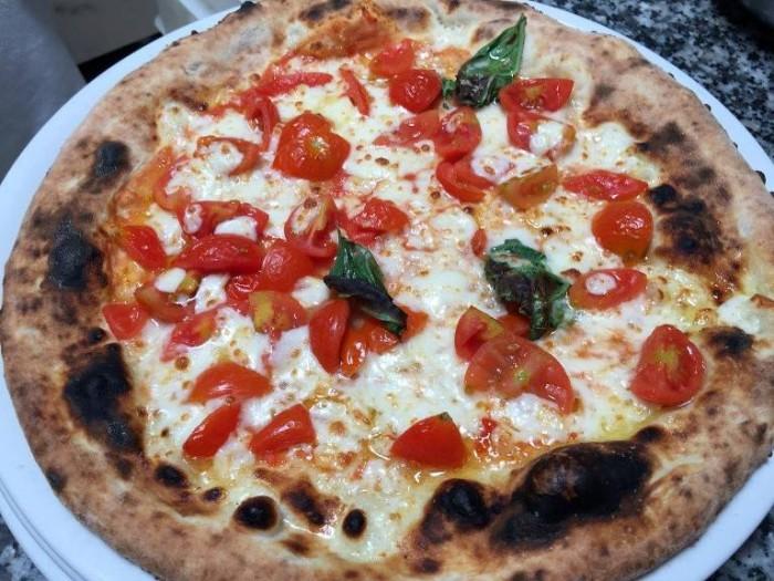 Al Caprì Don Alfonso Cafè, la pizza Regina Margherita con pomodorini e mozzarella di bufala