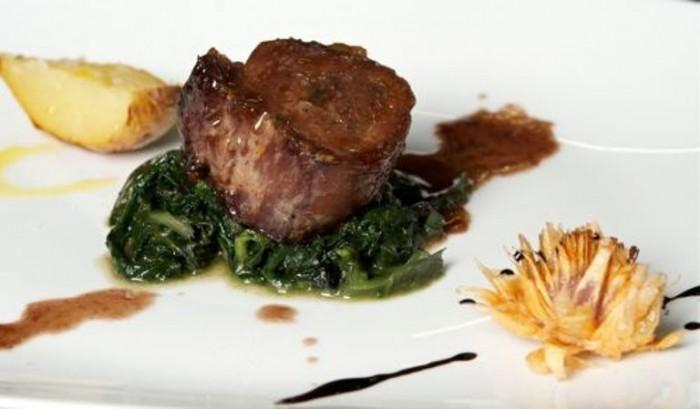 Filetto di maiale nero della Daunia con cicorielle selvatiche, lampascioni e riduzione di mosto cotto di Peppe Zullo