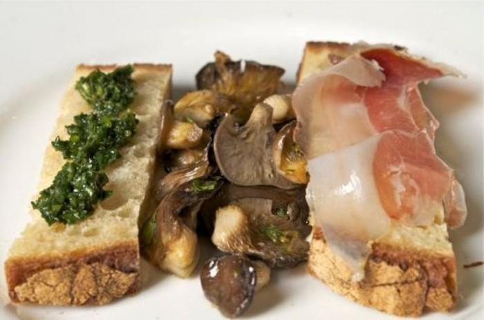 Funghi cardoncelli al forno con crostini in salsa di marasciuolo e lardo di maiale nero di Peppe Zullo