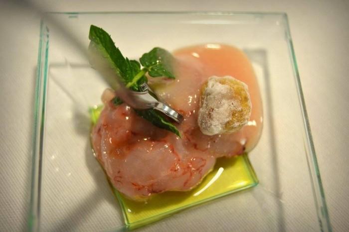 Gambero di Capri ripieno di ricotta di bufala su crema di pesca bianca e bergamotto con nocciola tostata e sabbiata