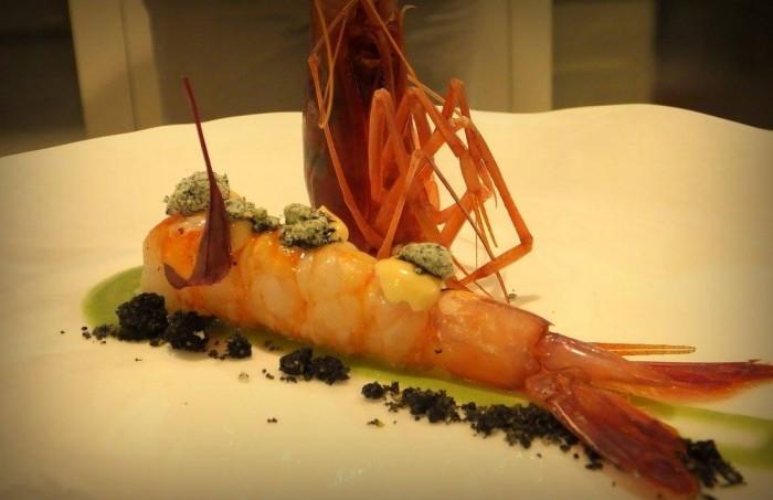 Gambero di Mazzara su crema di sedano e mela verde con crumble al nero di seppia, maionese di corallo e finto crumble alle alghe