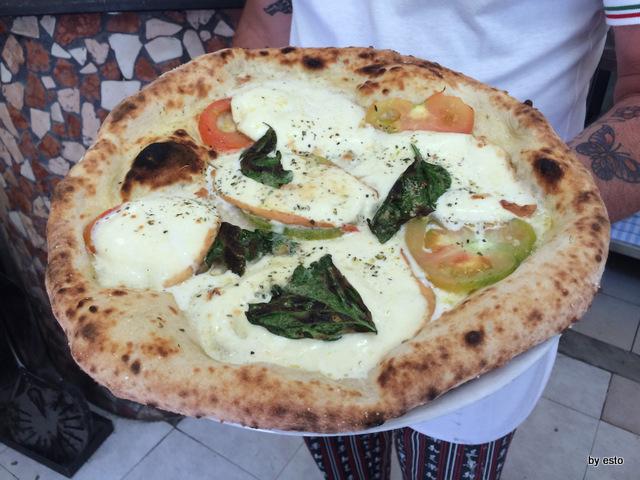 Trattoria Caprese al Vomero Giuseppe e Antonio tammarocon la pizza caprese