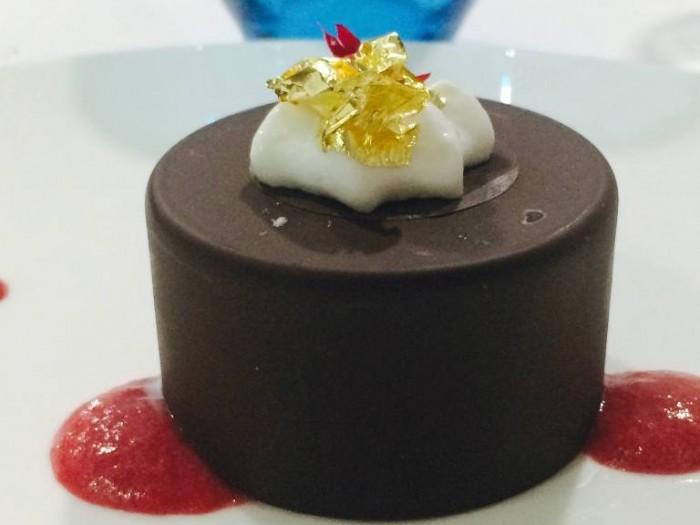 La Galleria, oupelle di cioccolato alla mousse di yogurt e frutti rossi