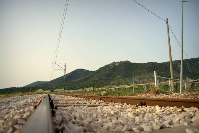 La ferrovia accanto al vigneto