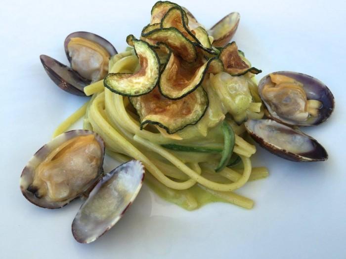 Al Caprì Don Alfonso Cafè, le linguine alle vongole veraci e zucchine