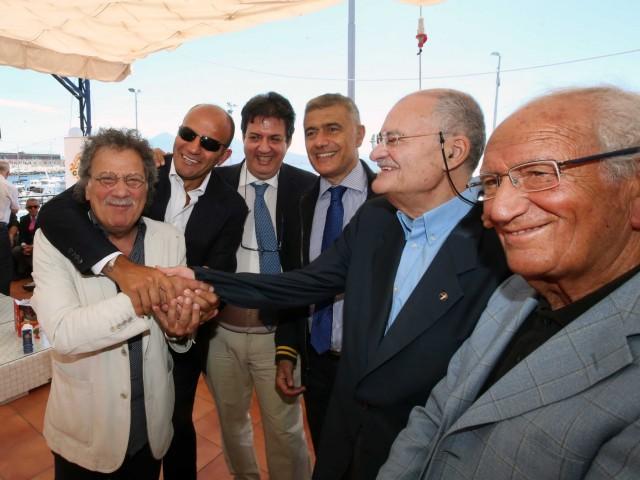 La stretta di mano tra i presidenti delle due associazioni, Sergio Miccu e Antonio Pace