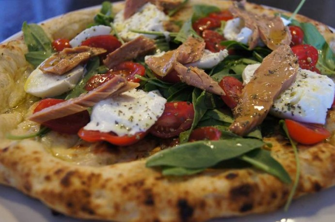 Nonsoke pizza e cucina. La fresca con filetti di tonno di  Cetara