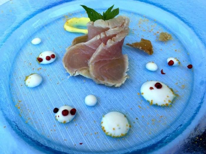 Al Caprì Don Alfonso Cafè, la ricciola affumicata, farina di scorzette di cedrangolo con frullato di fave, semi di finocchietto e maionese di pompelmo