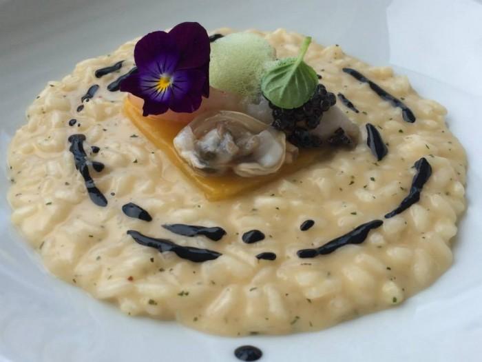 Rossellini's, il Riso 'pizzaiola di mare, mantecato con scamorza affumicata servito con crudo di molluschi