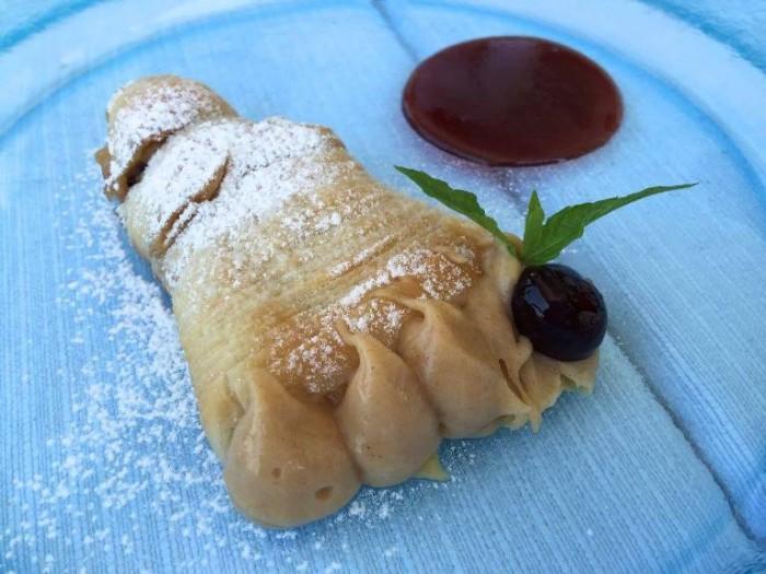 Al Caprì Don Alfonso Cafè, la sfogliatella napoletana con salsa alle amarene selvatiche