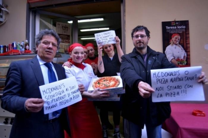 Teresa Iorio con Sergio Miccu e Borrelli durante la protesta contro McDonald's