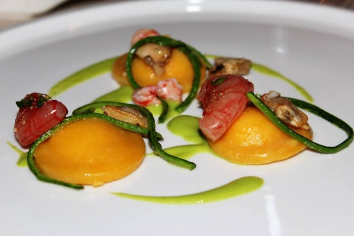 Vistamare, raviolo fondente ripieno di ricotta e limone, con zucchine vongole e gambero rosso