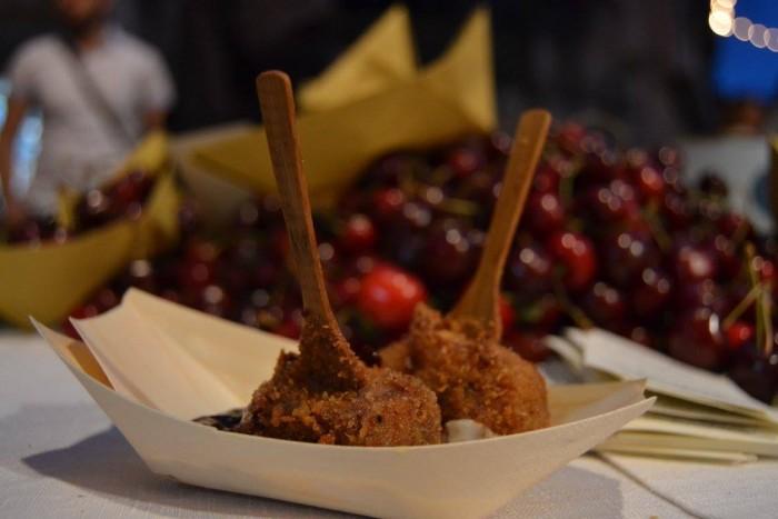 bombetta pugliese, impanata e fritta con salsa di marasche e di pecorino pugliese