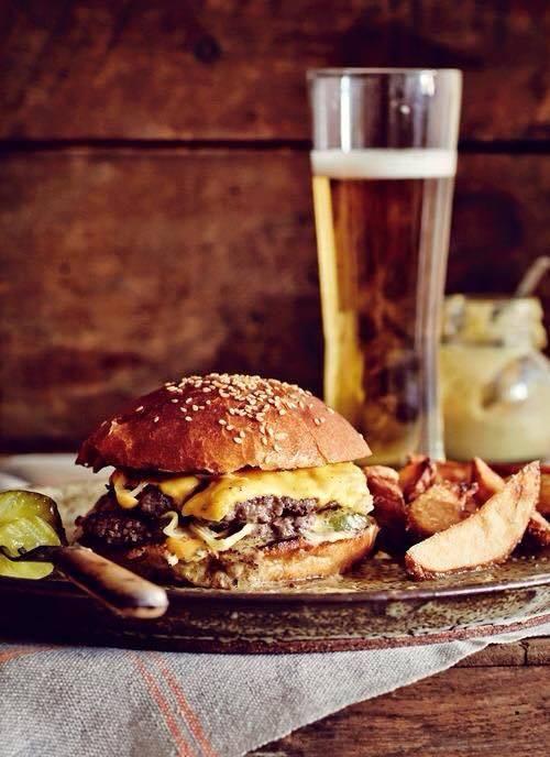 Cantina La Barbera, cheeseburger con manzo 100% macinato al momento e panino di casa con farina Petra e semi di sesamo