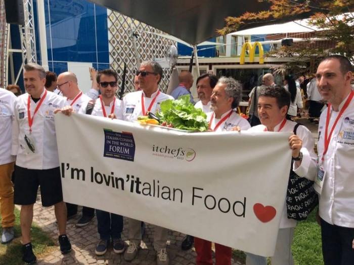 i Cuochi Italiani in un momento della protesta a Expo 2015
