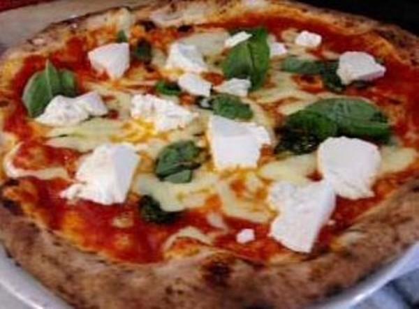 la pizza Elena Ferrante con ragù napoletano,  fior di latte e fiocchetti di ricotta