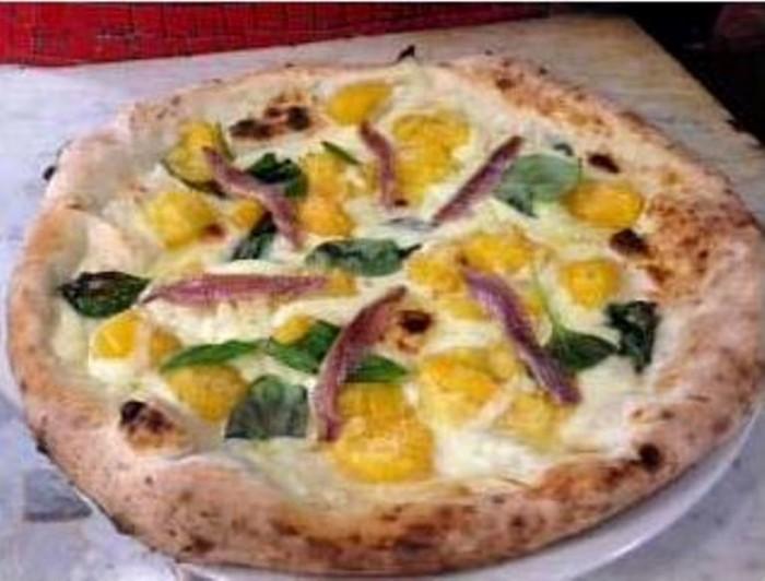 la pizza Lila Cerullo con Pomodoro del Piennolo giallo del Vesuvio, il classico Fior di Latte, ma arricchita da Alici di Cetara e basilico