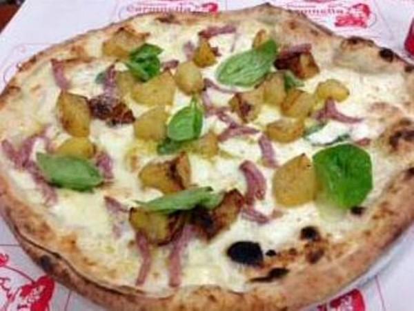 la pizza Nino Sarratore con patate, salame piccante e fior di latte