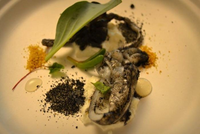 seppie al nero con pomodoro, bufala, gocce di ostrica, foglie di crescione e rosmarino di mare