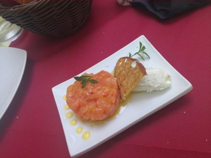 Cantina La Barbera, tartare di salmone agli agrumi con quenelle di ricotta di bufala aromatizzata alle erbe