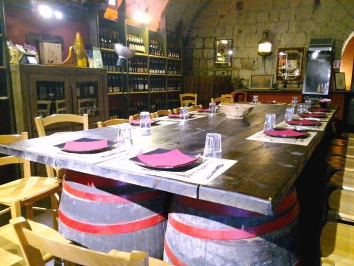 Cantina La Barbera, il tavolo imperiale sorretto da botti di fattura artigianale