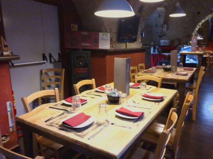 Cantina La Barbera, un tavolo apparecchiato nella grande cantina di tufo