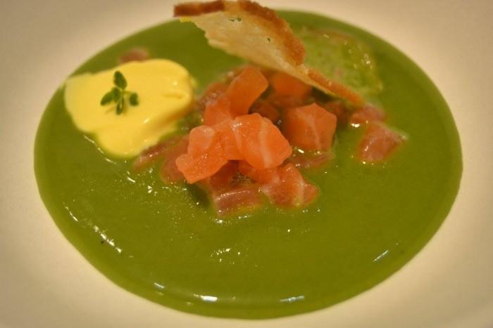 zuppa fredda di scarola, salmone marinato agli agrumi, uvette in maraschino, ristretto di parmigiano e zafferano con cips di pane
