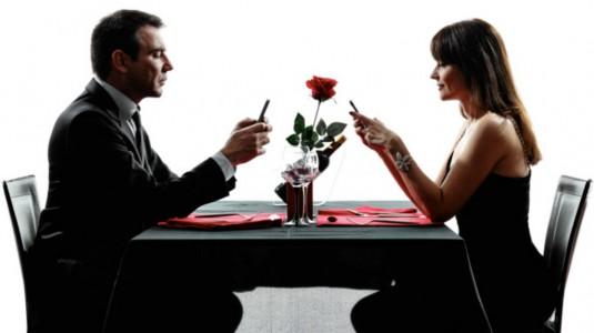 Cellulare a tavola: così vicini, così lontani