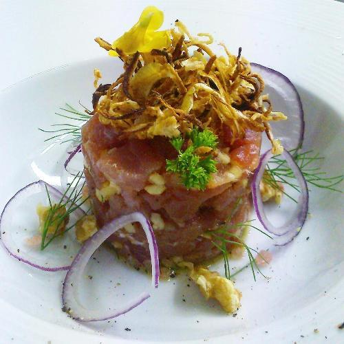 Cetaria, tartare di tonno sale e pepe con noci, cipolla ramata di Montoro e rossa di Tropea