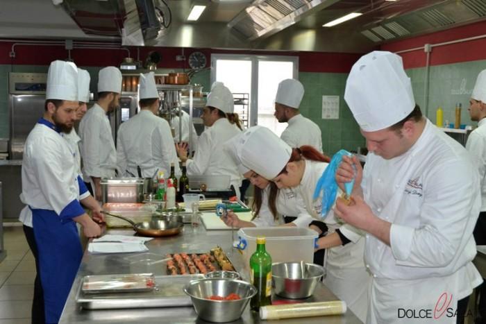 Corsisti a lavoro alla Scuola Dolce & Salato di Maddaloni
