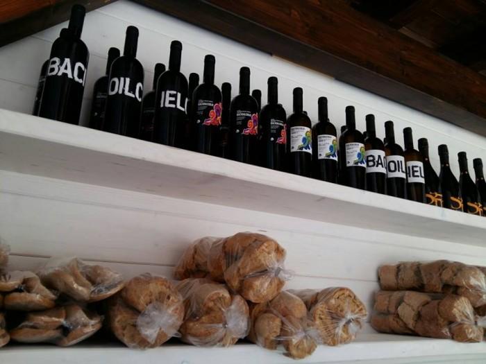 Fattoria Cavallo, l'interno del punto vendita con vini e freselle