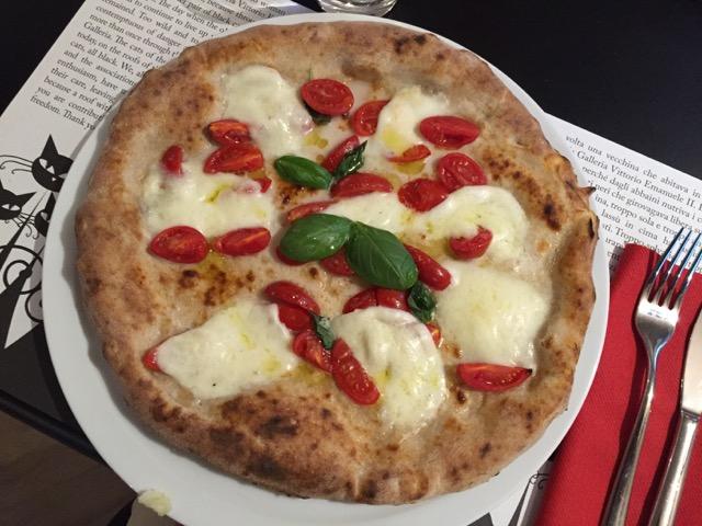 I Dodici Gatti, pizza con pomodorini a filetto